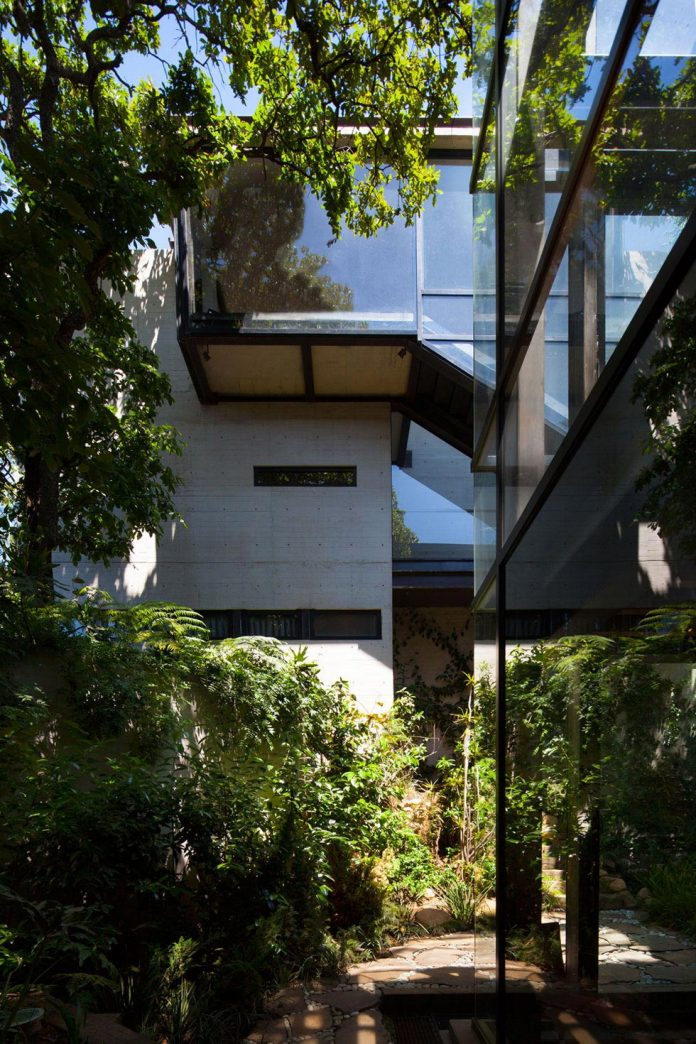 grupoarquitectura-design-tepozcuautla-house-two-volumes-connected-steel-bridges-glass-floors-beyond-forest-05