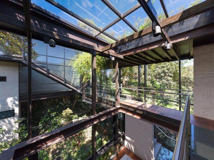 grupoarquitectura-design-tepozcuautla-house-two-volumes-connected-steel-bridges-glass-floors-beyond-forest-08