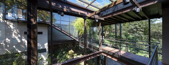 grupoarquitectura-design-tepozcuautla-house-two-volumes-connected-steel-bridges-glass-floors-beyond-forest-09