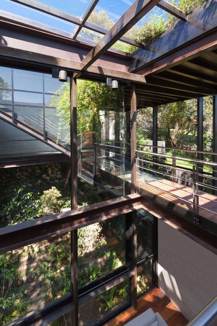grupoarquitectura-design-tepozcuautla-house-two-volumes-connected-steel-bridges-glass-floors-beyond-forest-10
