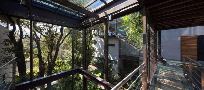 grupoarquitectura-design-tepozcuautla-house-two-volumes-connected-steel-bridges-glass-floors-beyond-forest-11