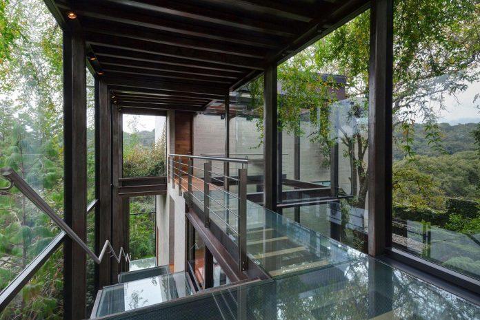 grupoarquitectura-design-tepozcuautla-house-two-volumes-connected-steel-bridges-glass-floors-beyond-forest-12
