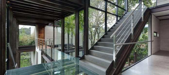 grupoarquitectura-design-tepozcuautla-house-two-volumes-connected-steel-bridges-glass-floors-beyond-forest-13