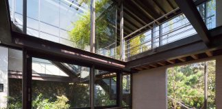 Grupoarquitectura design Tepozcuautla House: two volumes, connected by steel bridges with glass floors that are beyond the forest