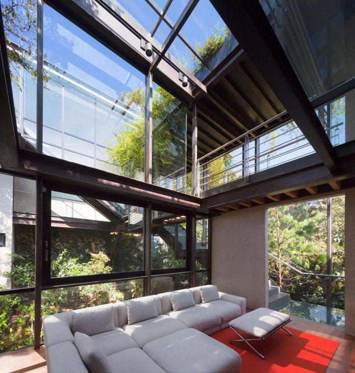 grupoarquitectura-design-tepozcuautla-house-two-volumes-connected-steel-bridges-glass-floors-beyond-forest-14