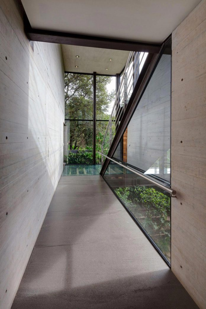 grupoarquitectura-design-tepozcuautla-house-two-volumes-connected-steel-bridges-glass-floors-beyond-forest-20
