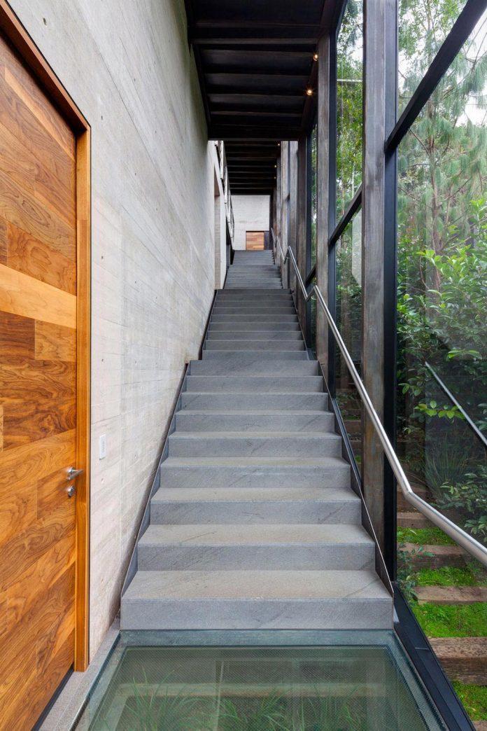 grupoarquitectura-design-tepozcuautla-house-two-volumes-connected-steel-bridges-glass-floors-beyond-forest-21