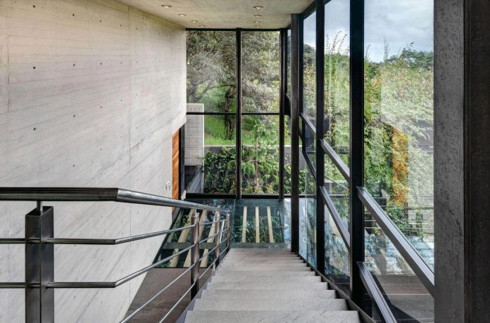 grupoarquitectura-design-tepozcuautla-house-two-volumes-connected-steel-bridges-glass-floors-beyond-forest-22