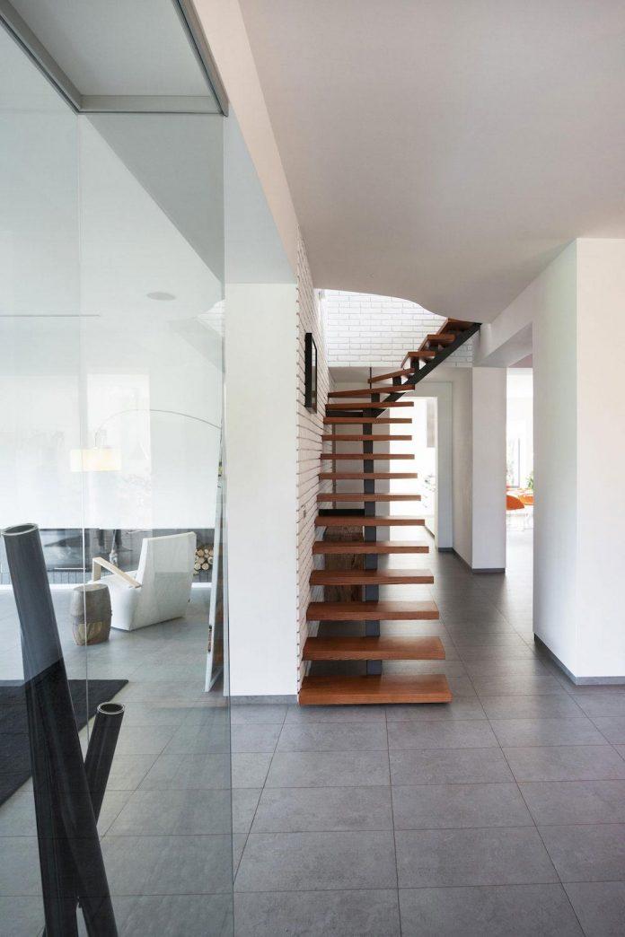 h-01-modern-two-storey-villa-azovskiy-pahomova-architects-18