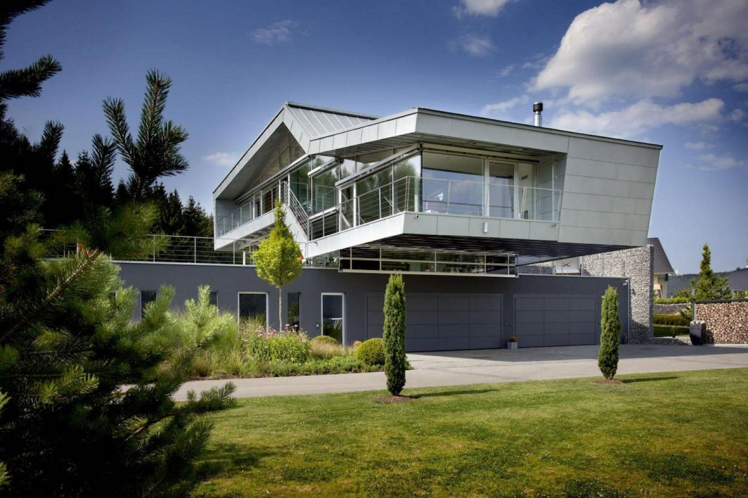 High tech modern villa for an engineer designed by eppler for Architecture high tech