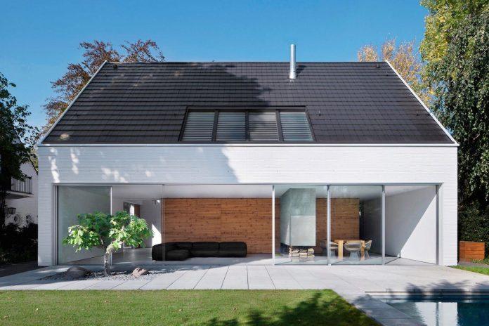 house-k-bright-interior-design-made-wood-white-walls-ceiling-dusseldorf-architekten-wannenmacher-moller-gmbh-01