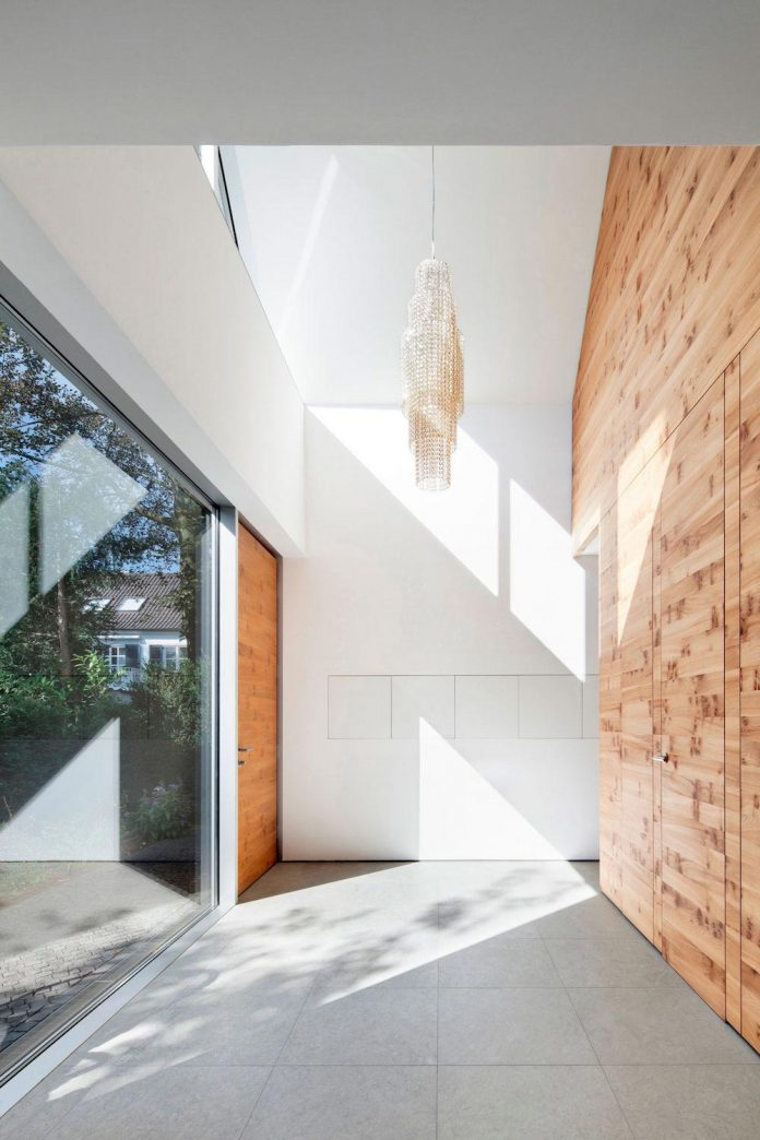 house-k-bright-interior-design-made-wood-white-walls-ceiling-dusseldorf-architekten-wannenmacher-moller-gmbh-03