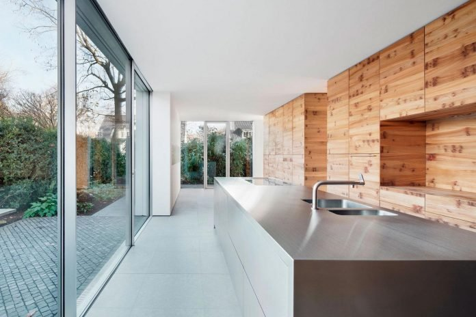 house-k-bright-interior-design-made-wood-white-walls-ceiling-dusseldorf-architekten-wannenmacher-moller-gmbh-08