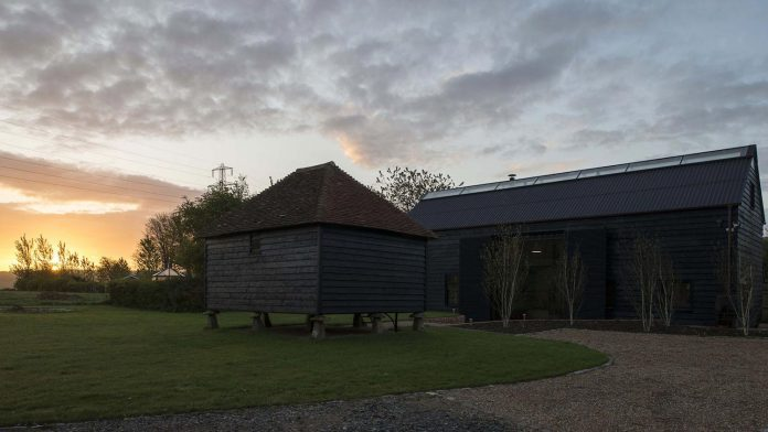 liddicoat-goldhill-design-ancient-party-barn-barn-conversion-contemporary-atmospheric-getaway-relaxing-gathering-05