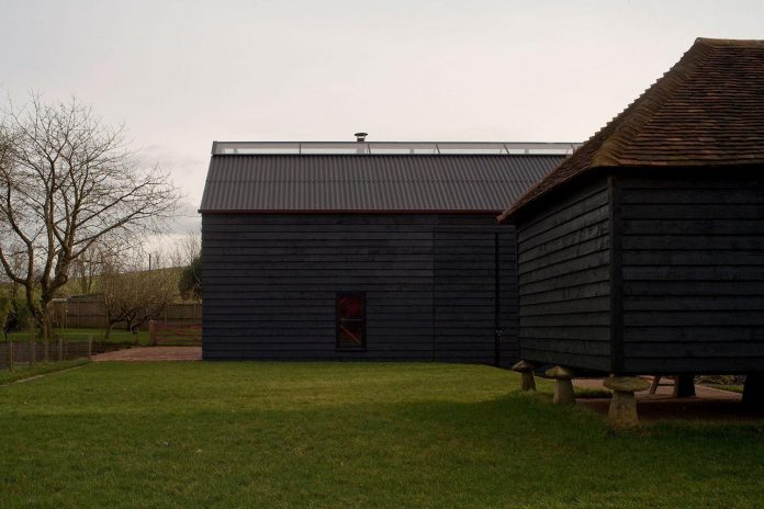 liddicoat-goldhill-design-ancient-party-barn-barn-conversion-contemporary-atmospheric-getaway-relaxing-gathering-06