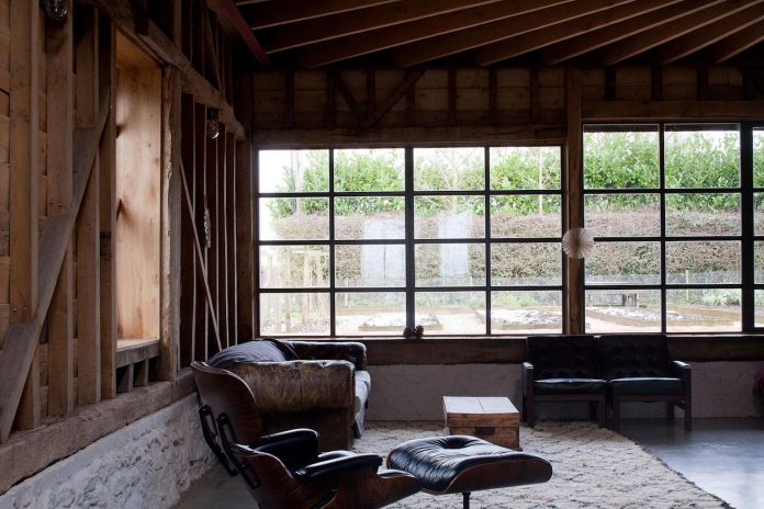 liddicoat-goldhill-design-ancient-party-barn-barn-conversion-contemporary-atmospheric-getaway-relaxing-gathering-18