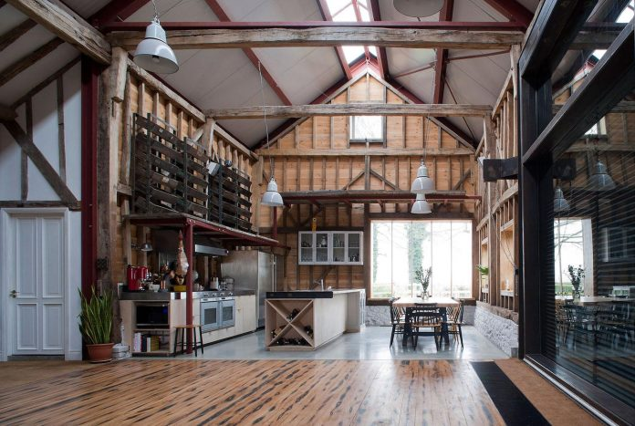 liddicoat-goldhill-design-ancient-party-barn-barn-conversion-contemporary-atmospheric-getaway-relaxing-gathering-24