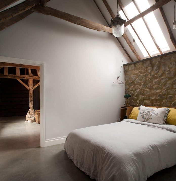liddicoat-goldhill-design-ancient-party-barn-barn-conversion-contemporary-atmospheric-getaway-relaxing-gathering-32