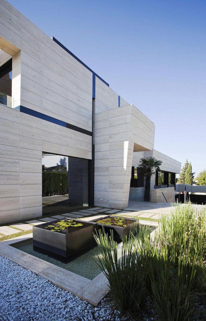 modern-s-v-house-located-seville-spain-cero-13