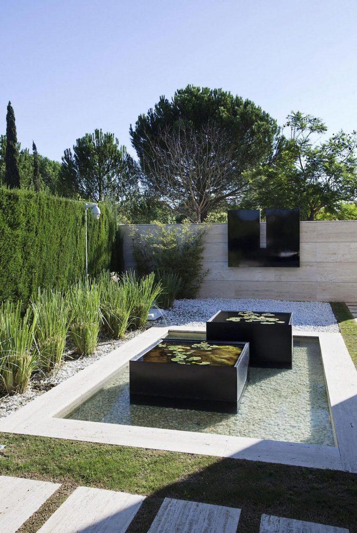 modern-s-v-house-located-seville-spain-cero-16