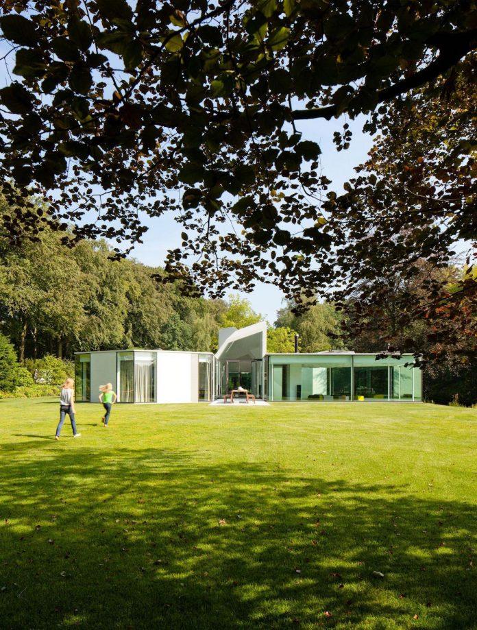 old-bungalow-transformed-mecanoo-modern-villa-4-0-hilversum-netherlands-01