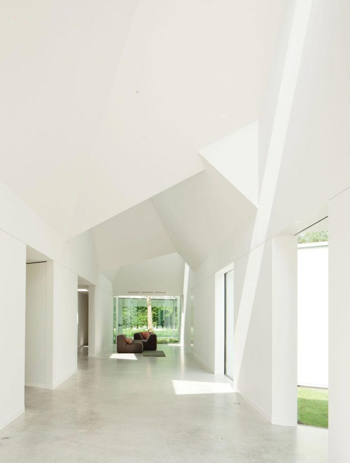 old-bungalow-transformed-mecanoo-modern-villa-4-0-hilversum-netherlands-07