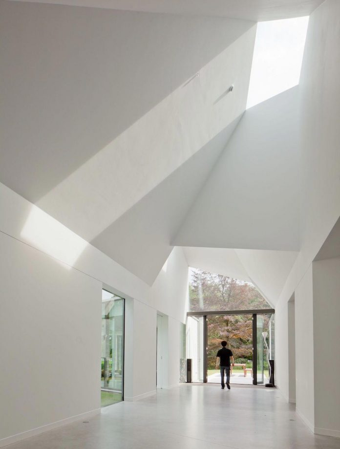 old-bungalow-transformed-mecanoo-modern-villa-4-0-hilversum-netherlands-11