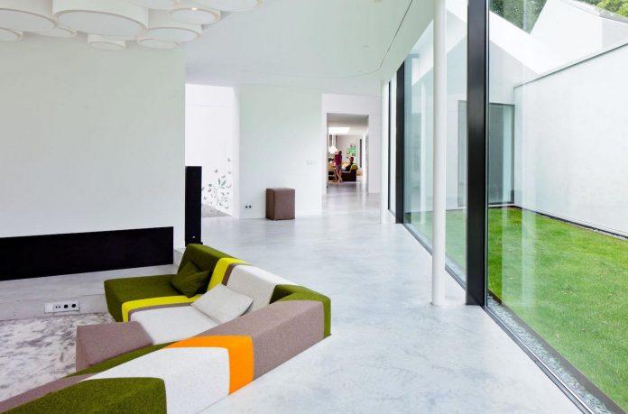 old-bungalow-transformed-mecanoo-modern-villa-4-0-hilversum-netherlands-12
