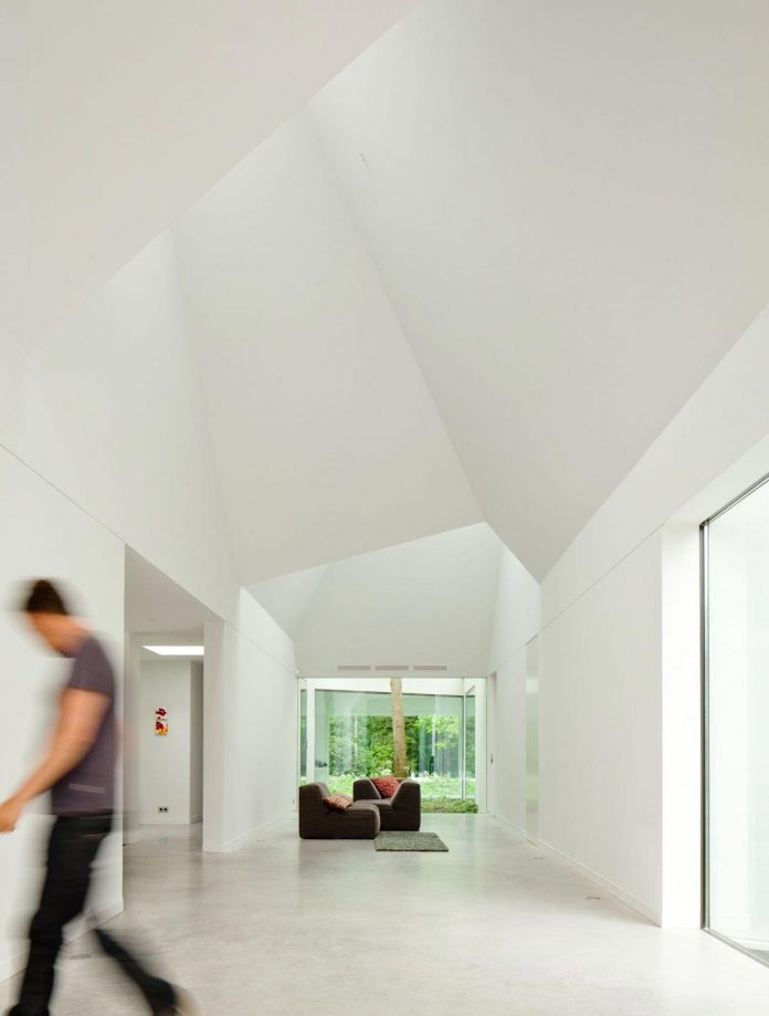 old-bungalow-transformed-mecanoo-modern-villa-4-0-hilversum-netherlands-13