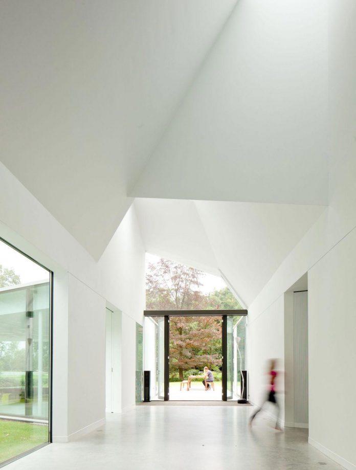 old-bungalow-transformed-mecanoo-modern-villa-4-0-hilversum-netherlands-14