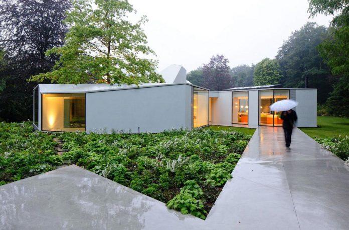 old-bungalow-transformed-mecanoo-modern-villa-4-0-hilversum-netherlands-17