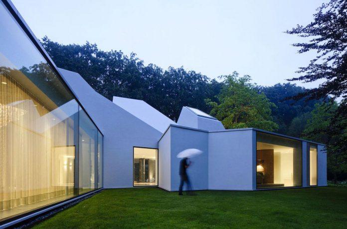 old-bungalow-transformed-mecanoo-modern-villa-4-0-hilversum-netherlands-20