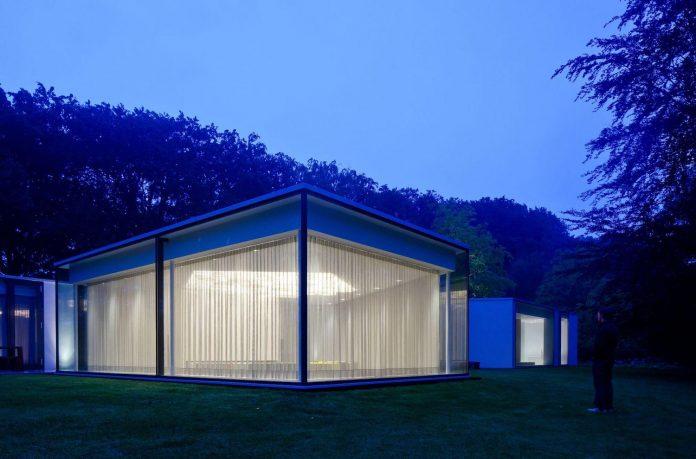 old-bungalow-transformed-mecanoo-modern-villa-4-0-hilversum-netherlands-22