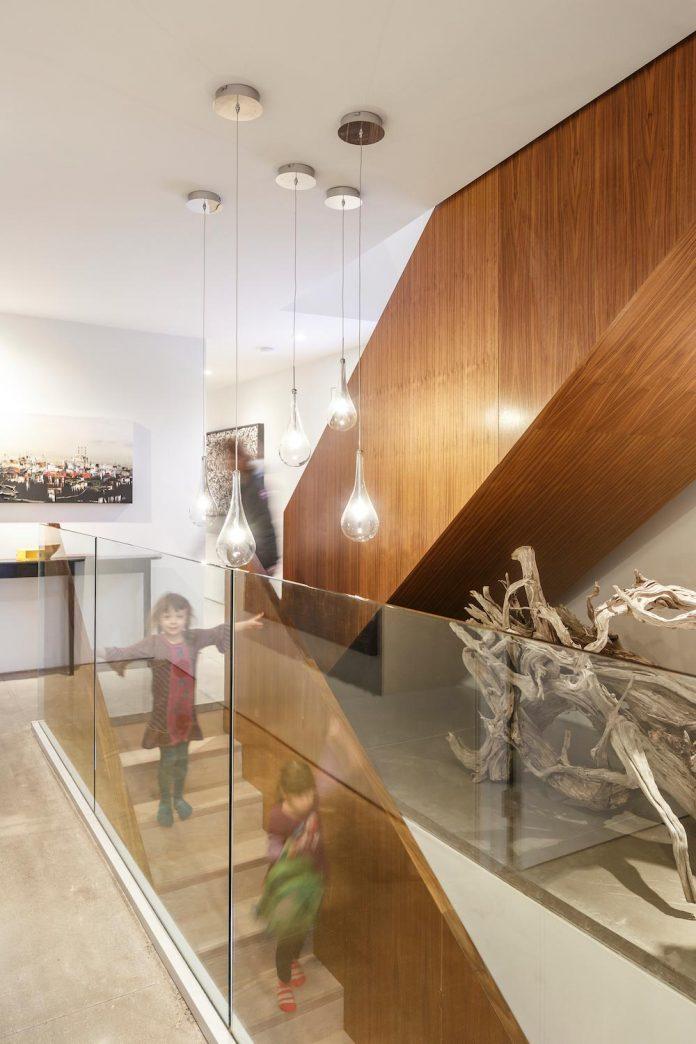 omar-gandhi-architect-design-fyren-home-beacon-high-atop-hillside-halifax-area-03