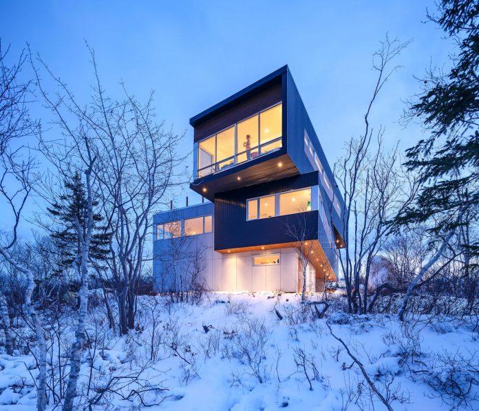 omar-gandhi-architect-design-fyren-home-beacon-high-atop-hillside-halifax-area-17