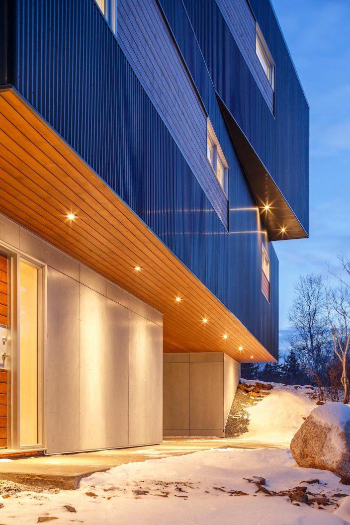 omar-gandhi-architect-design-fyren-home-beacon-high-atop-hillside-halifax-area-18