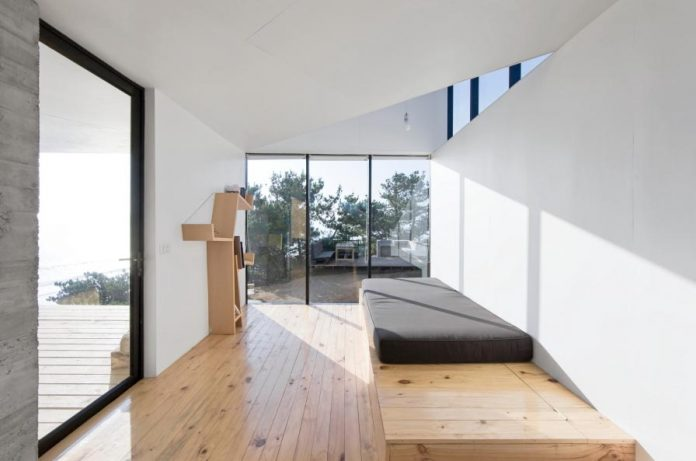 panorama-wmr-designed-d-house-two-storey-house-situated-top-cliff-panoramic-sea-views-10