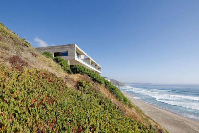 paravicini-beach-house-set-steeply-hillside-cristian-hrdalo-01