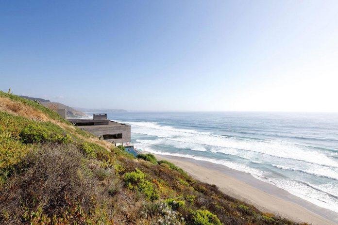 paravicini-beach-house-set-steeply-hillside-cristian-hrdalo-02