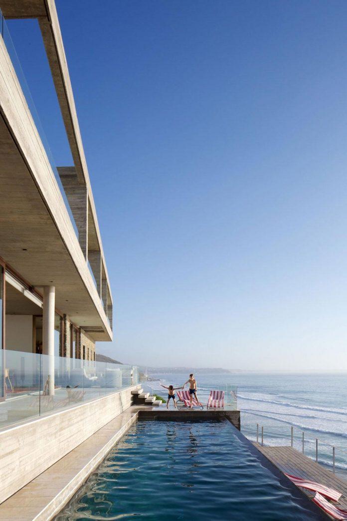 paravicini-beach-house-set-steeply-hillside-cristian-hrdalo-04
