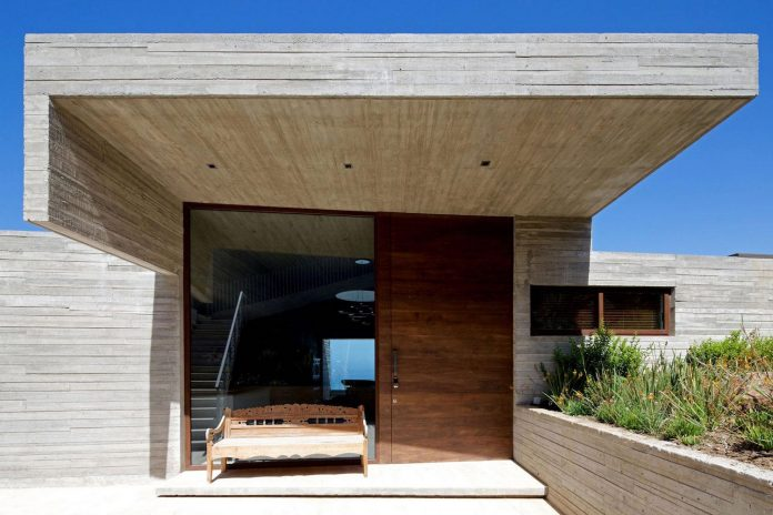 paravicini-beach-house-set-steeply-hillside-cristian-hrdalo-05