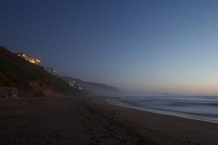 paravicini-beach-house-set-steeply-hillside-cristian-hrdalo-14