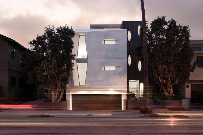 patrick-tighe-architecture-design-garrison-residence-open-floor-plan-views-surrounding-mountains-ocean-01
