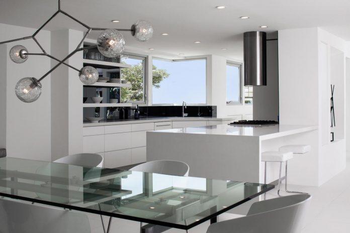 patrick-tighe-architecture-design-garrison-residence-open-floor-plan-views-surrounding-mountains-ocean-03