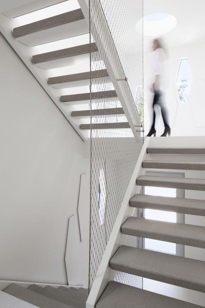 patrick-tighe-architecture-design-garrison-residence-open-floor-plan-views-surrounding-mountains-ocean-04