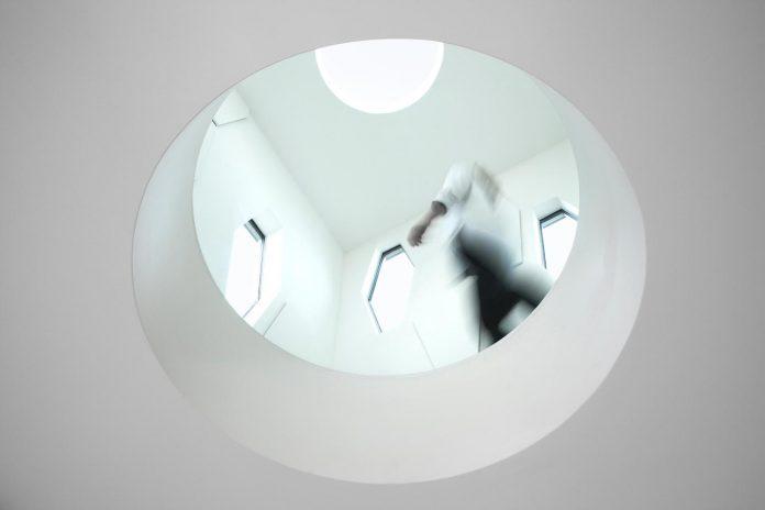 patrick-tighe-architecture-design-garrison-residence-open-floor-plan-views-surrounding-mountains-ocean-06