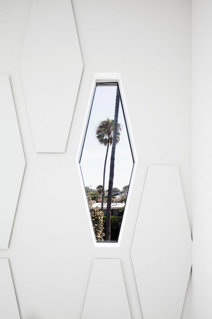patrick-tighe-architecture-design-garrison-residence-open-floor-plan-views-surrounding-mountains-ocean-07