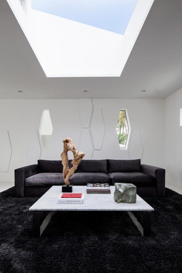 patrick-tighe-architecture-design-garrison-residence-open-floor-plan-views-surrounding-mountains-ocean-08