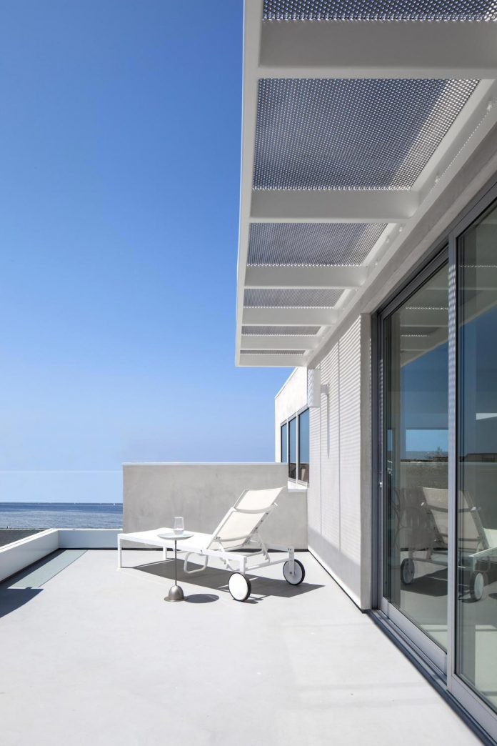 patrick-tighe-architecture-design-garrison-residence-open-floor-plan-views-surrounding-mountains-ocean-12