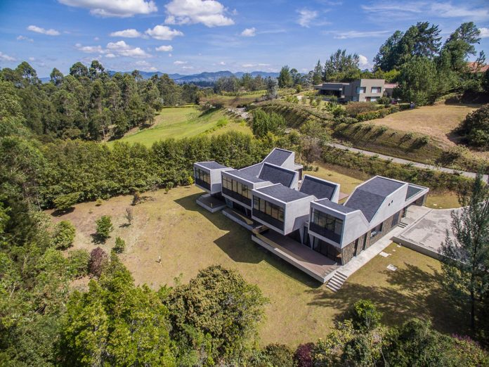 plan-b-arquitectos-design-vg-house-system-parallel-concrete-walls-define-four-volumes-connected-transversally-01